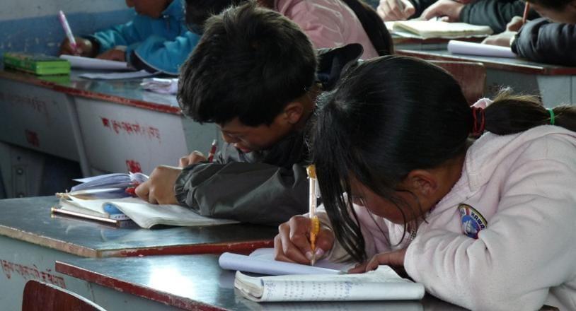 Karuna Dana-niños estudiando